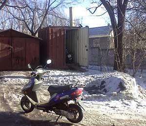 фото скутера возле гаража - везде снег